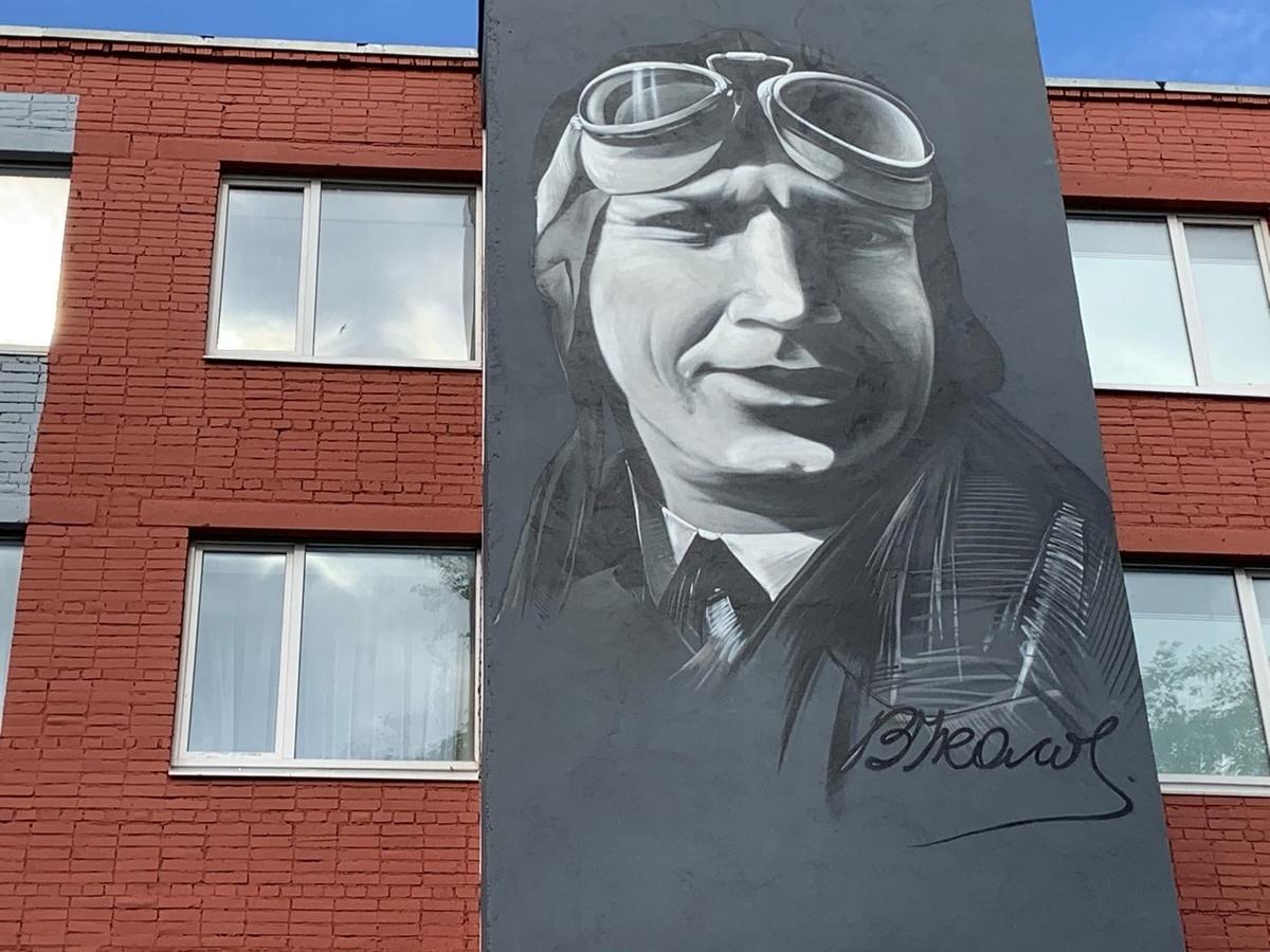 Шестиметровое граффити с легендарным нижегородским летчиком появилось в Череповце