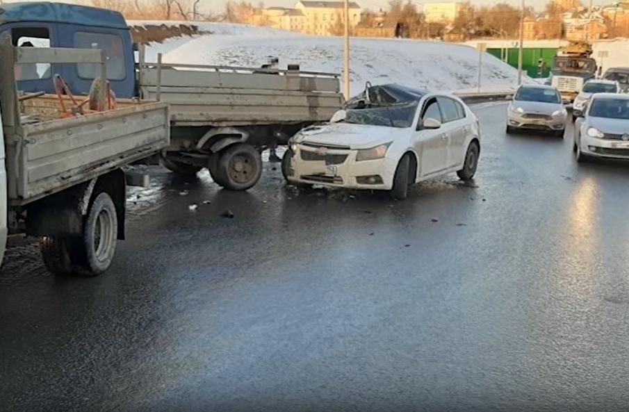 Американская иномарка разбилась об отечественную полуторку на улице Шевченко - фото 1