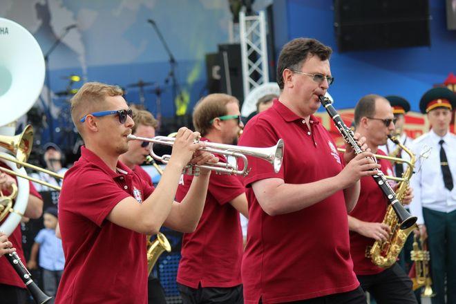 Фестивали духовых оркестров и Дружбы народов прошли в Нижнем Новгороде в День России - фото 30