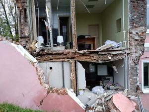 Обрушившуюся стену здания на Суетинской восстановят не раньше лета