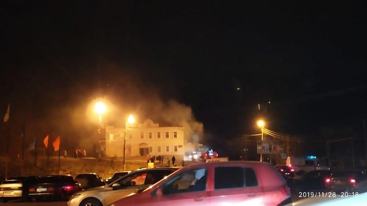 200 человек эвакуировали из горящего Дома культуры в Сергаче - фото 1