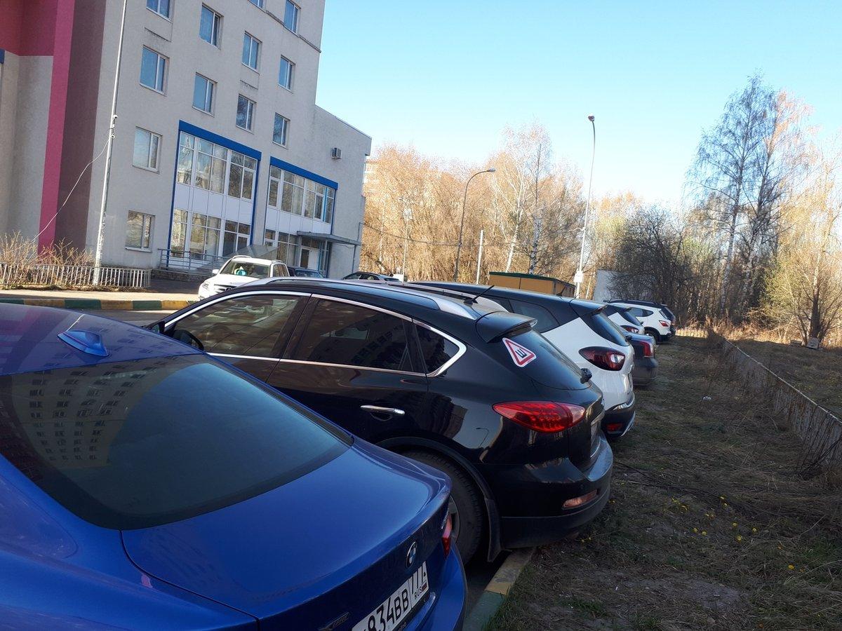 Законно ли парковаться под окнами домов и какой штраф грозит за нарушения - фото 1