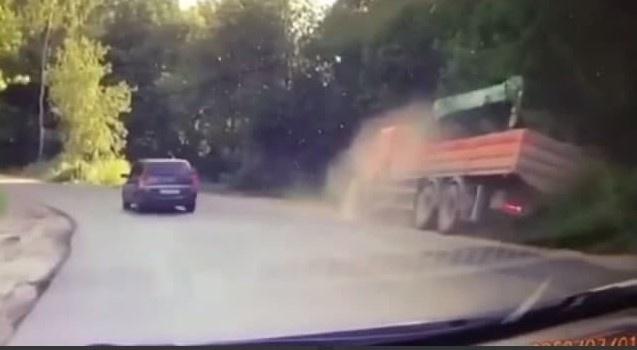 КАМАЗ вылетел на обочину у Анкудиновского парка - фото 1