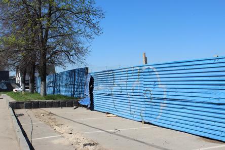 Цвет настроения не синий: нижегородцы по кусочкам разберут забор на Нижне-Волжской набережной