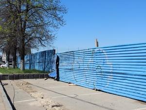Строительные заборы в Нижнем Новгороде станут оранжевыми и серыми