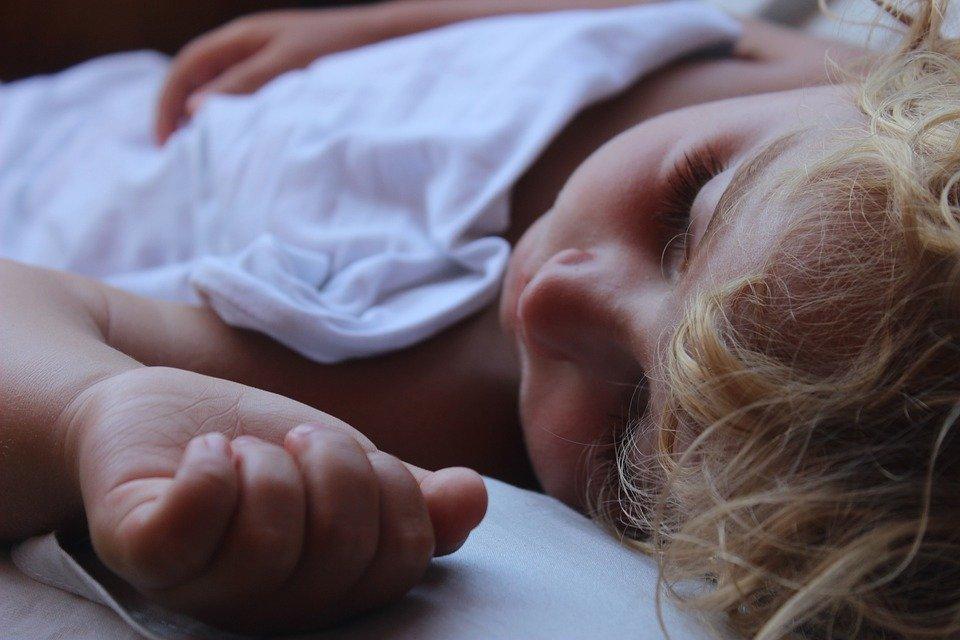Сколько часов в сутки должен спать ребенок, а сколько — взрослый? - фото 1