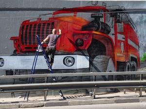Художник из Дзержинска посвятил масштабное граффити пожарным