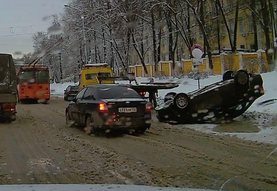 Приоткрытый люк напроспекте Гагарина стал первопричиной опрокидывания машины