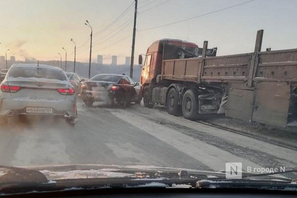 Столкновение иномарки и грузовика у Мызинского моста затруднило движение в сторону улицы Ларина - фото 2