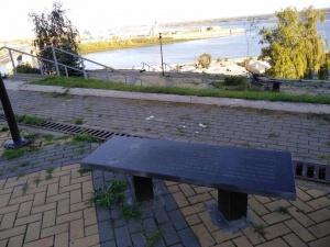 Фанаты Linkin Park самовольно установили в центре Нижнего Новгорода  лавочку в виде надгробия (ФОТО)