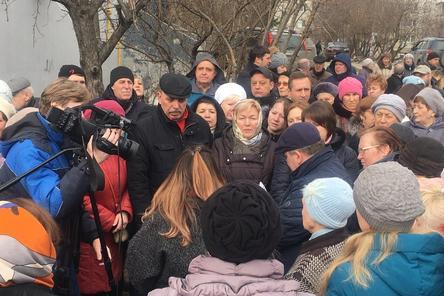 Более 100 человек вышли на пикет против строительства гостиницы на Совнаркомовской